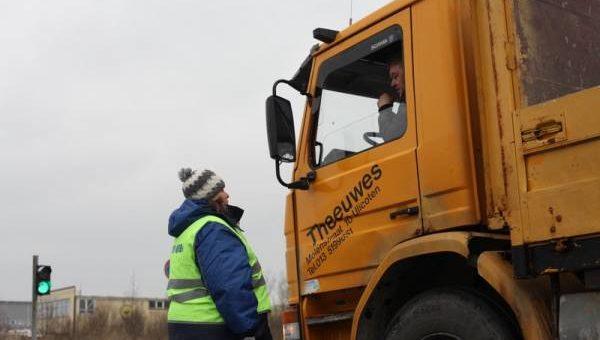 Весна на дорогах — грузовикам приходится «худеть»